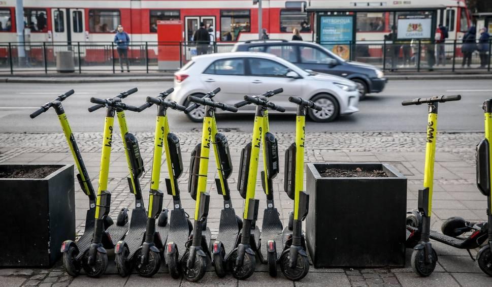 Film do artykułu: Hulajnogi elektryczne. Nowe przepisy od 20.05.2021 r. Precyzują, gdzie i z jaką prędkością można jeździć po mieście