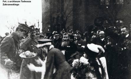 Powitanie polskich żołnierzy z pułkownikiem Skrzyńskim (z lewej) na placu przed Dworcem Miejskim w Toruniu. Zdjęcie zostało wykonane 18 stycznia 1920