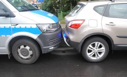 Pijany kierowca próbował rozjechać policjanta. Taranował też radiowóz