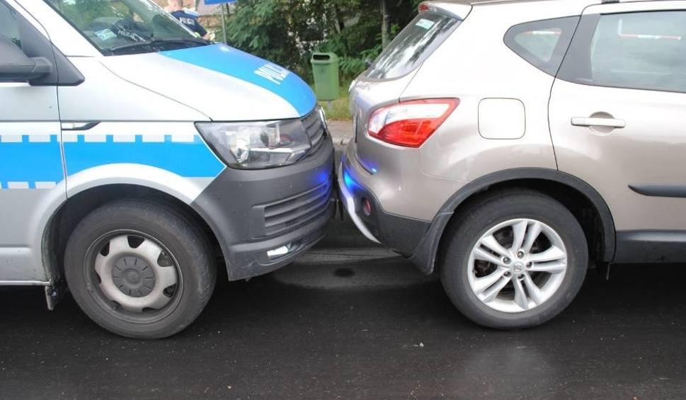 Film do artykułu: Pijany kierowca próbował rozjechać policjanta w Wodzisłąwiu Śląskim. Taranował też radiowóz