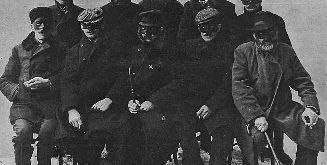 """Uczestnicy odbica więźniów z Pawiaka. Oznaczony x - """"rtm. von Budberg"""". Zdjęcie z krakowskich """"Nowości Ilustrowanych"""" z 1907 r."""