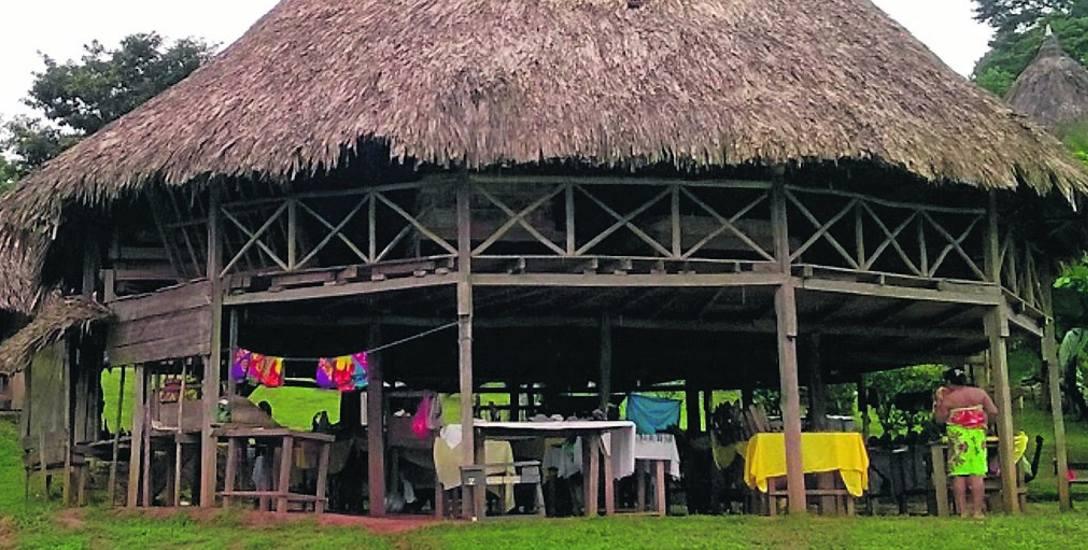 Jedna z chat w panamskiej wiosce. To właśnie w niej, na dolnej kondygnacji, znajdują się stoiska z wyrobami tubylców. Górna część chaty służy za pomieszczenie