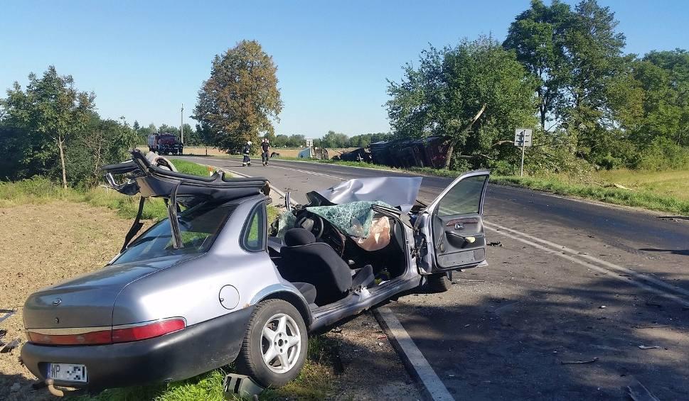 Film do artykułu: Gmina Sieciechów. Śmiertelne zderzenie z ciężarówką w Mozolicach Dużych. Nie żyje kierowca forda