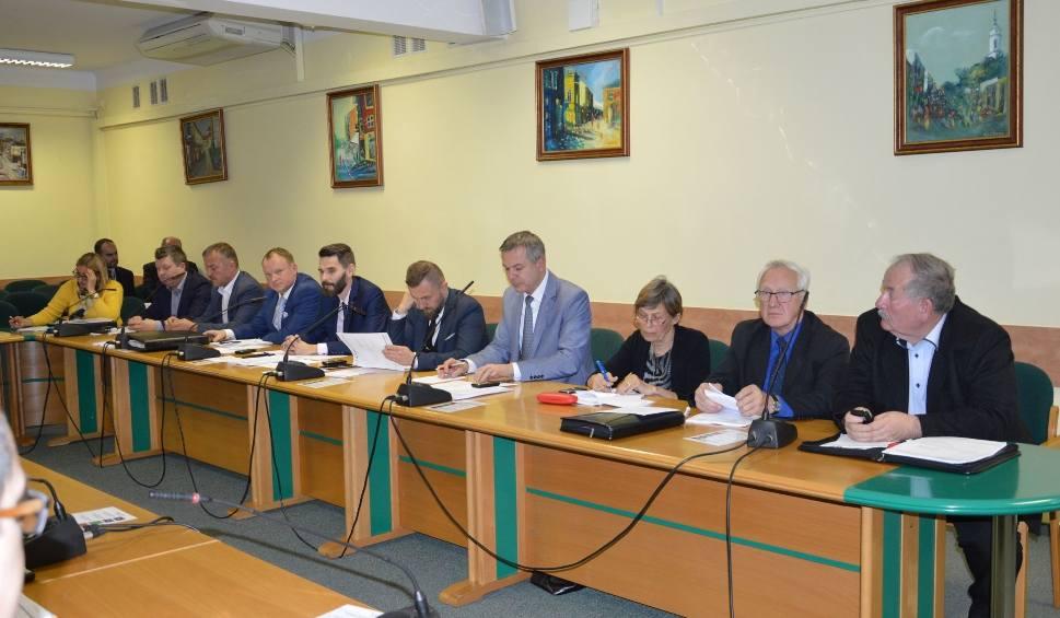 Film do artykułu: Dziś sesja Rady Miasta Ostrowca. Radni prawicy chcą wybudować most na rzece Kamiennej [ZOBACZ TRANSMISJĘ]