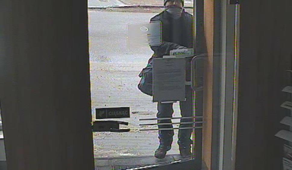 Film do artykułu: Napad na filię banku w Żukowie - rozpoznajesz napastnika? Masz nagranie z kamerki samochodowej? Daj znać policji [zdjęcia, wideo]