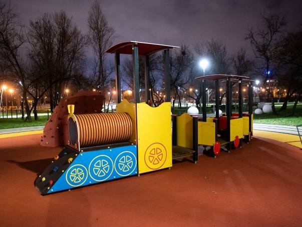 Zakończyła się budowa Parku Rataje w Poznaniu. W ostatnich dniach robotnicy zdemontowali płot i każdy może przespacerować się po parku. Odwiedziliśmy