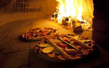 Pizzę jada 96 proc Polaków, a 73 proc. z nich robi to raz w miesiącu. Co ma w sobie pizza, że tak ją uwielbiamy?
