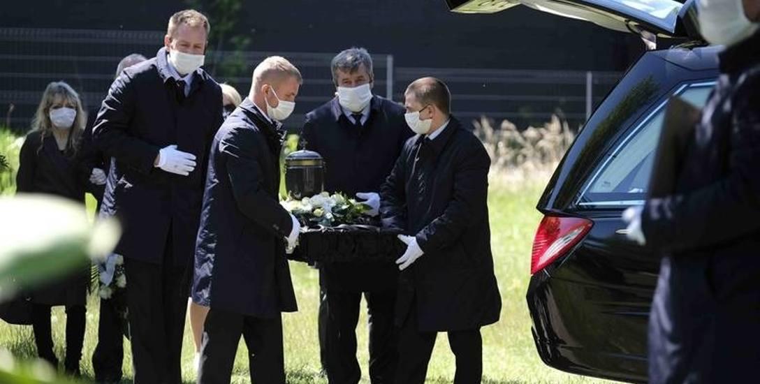 Pogrzeb zmarłej no koronawirusa pielęgniarki Katarzyny Zawady z Torunia - maj 2020 roku. Najwyższy reżim sanitarny. Ogromny ból rodziny.