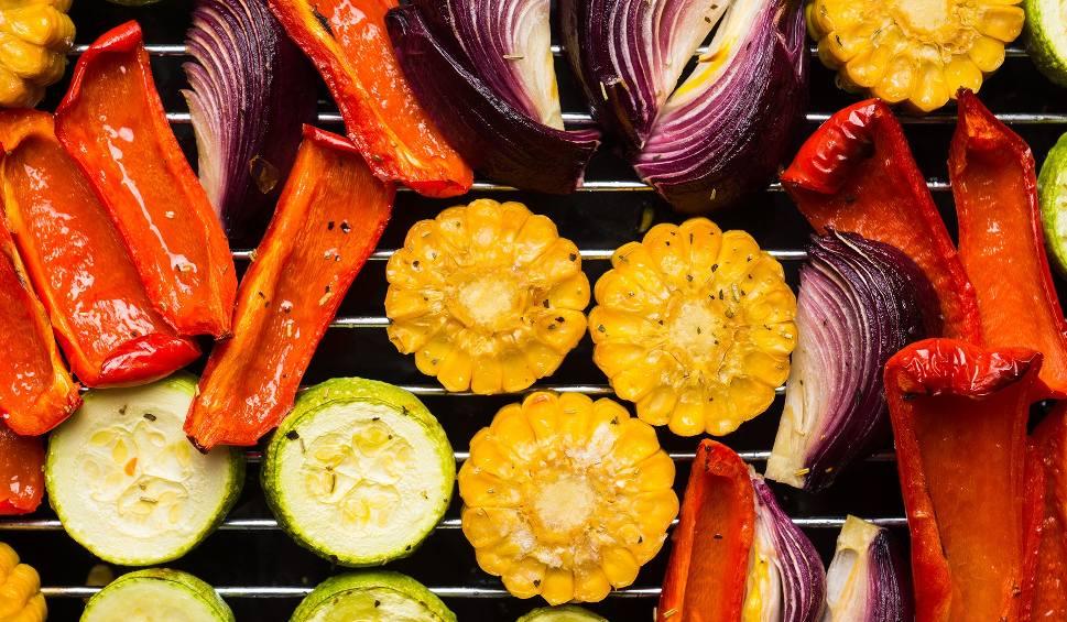 Film do artykułu: Vege grill w sam raz na upały: przepisy na zdrowe dania z rusztu. Alternatywa dla tłustego grilla mięsnego