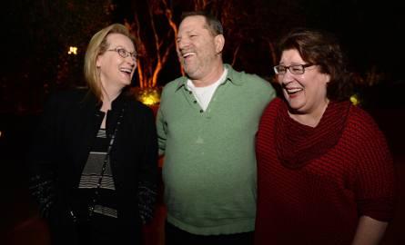 Meryl Streep (z lewej) tłumaczy się, mówiąc, że nie wszyscy wiedzieli o skandalicznej postawie Harveya Weinsteina, bo media o tym nie donosiły
