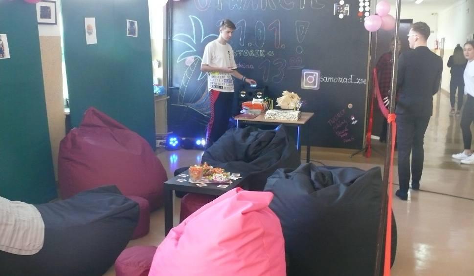 """Film do artykułu: Uczniowie """"Ekonomika"""" w Radomiu mogą odetchnąć w strefie relaksu: są tu poduchy, stoliki"""