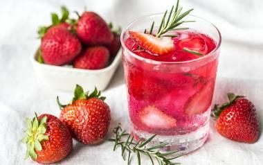 Drinki tanie, a dobre, idealne na lato. Przygotujesz je w domu