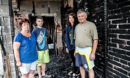 Spaliły się wszystkie ubrania, obuwie, meble, sprzęt AGD. Zostaliśmy tak, jak żeśmy stali - mówią członkowie poszkodowanej rodziny
