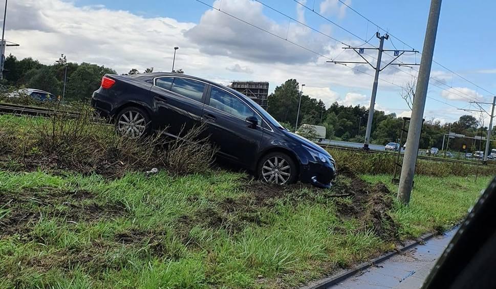 Film do artykułu: Wypadek na Basenie Górniczym w Szczecinie. Samochód osobowy na torach tramwajowych. Zderzyły się dwie osobówki - 7.09.2020