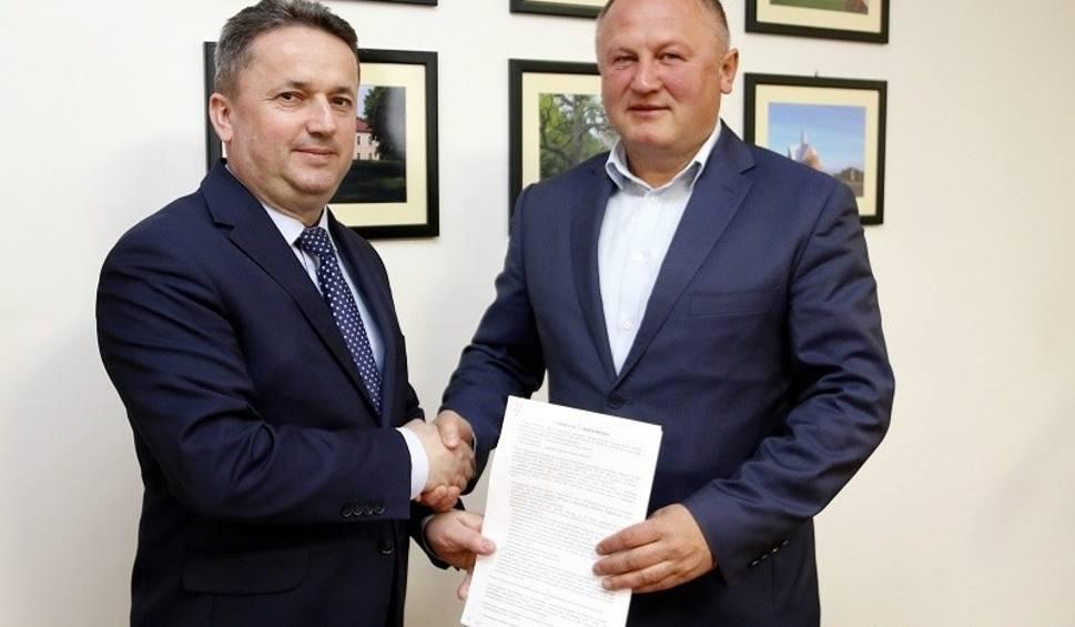 Film do artykułu: Będzie nowy parking w Wiśniowej Poduchowej. Burmistrz Staszowa podpisał umowę z wykonawcą