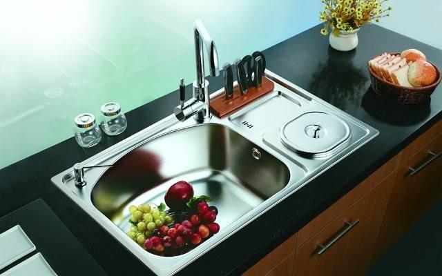 W małej kuchni idealnie sprawdzi się wielofunkcyjny zlewozmywak, który posłuży nie tylko do zmywania i nabierania wody. Dostępne są modele ze stojakiem