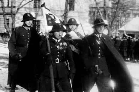 Żołnierze 5 Pułku Strzelców Podhalańskich ze swoim sztandarem.