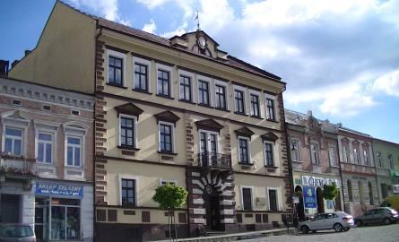 Budynek Liceum Ogólnokształcącego w Grybowie, znajdujący się w samym centrum miasta. Ma trzy kondygnacje i ponad 1300 m kw.