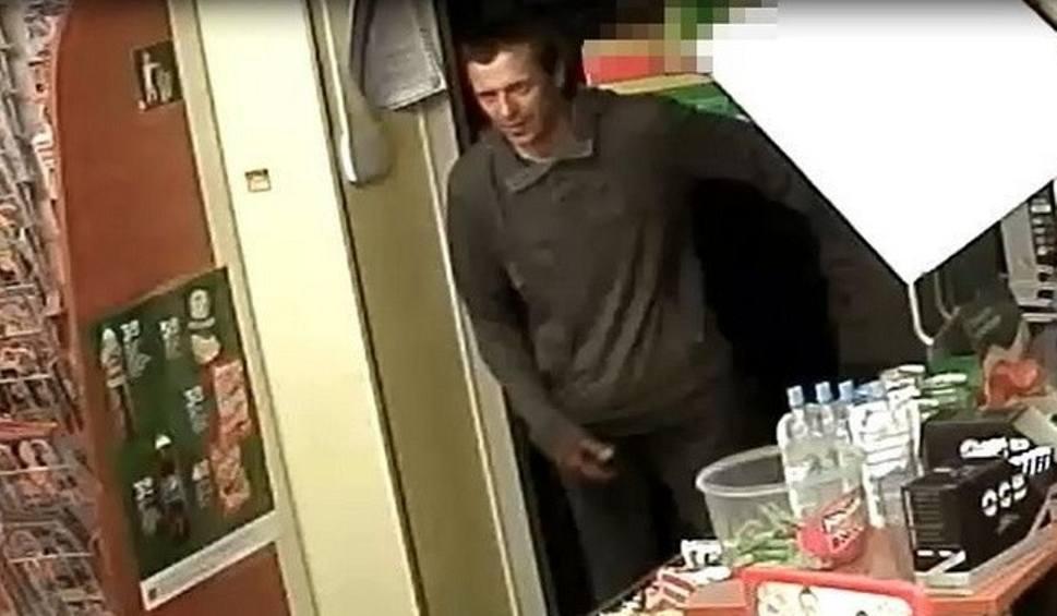 Film do artykułu: Napad w Rybniku: Gazem pieprzowym zaatakował ekspedientkę w sklepie. Ukradł towar. Szuka go policja ZDJĘCIA Z MONITORINGU