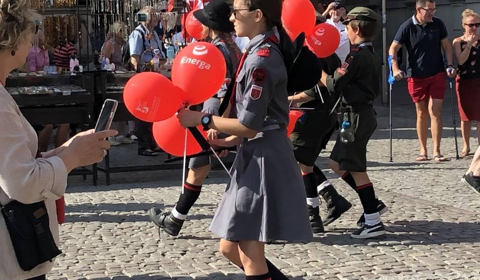 Film do artykułu: Nigdy więcej wojny! Na Długim Targu harcerze z ZHR rozdali przechodniom balony z tym przesłaniem
