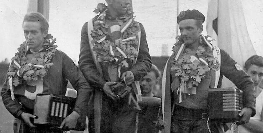 Pierwszy z lewej to Zbigniew Raniszewski (podium IMP 1951), żużlowiec Gwardii Bydgoszcz, pochodzący z Torunia