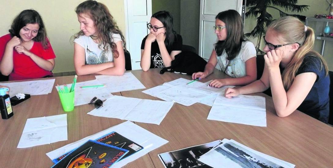 Prace nad komiksem idą pełną parą. Uczniowie mają już scenariusz i konspekt, a teraz rysują kadry.
