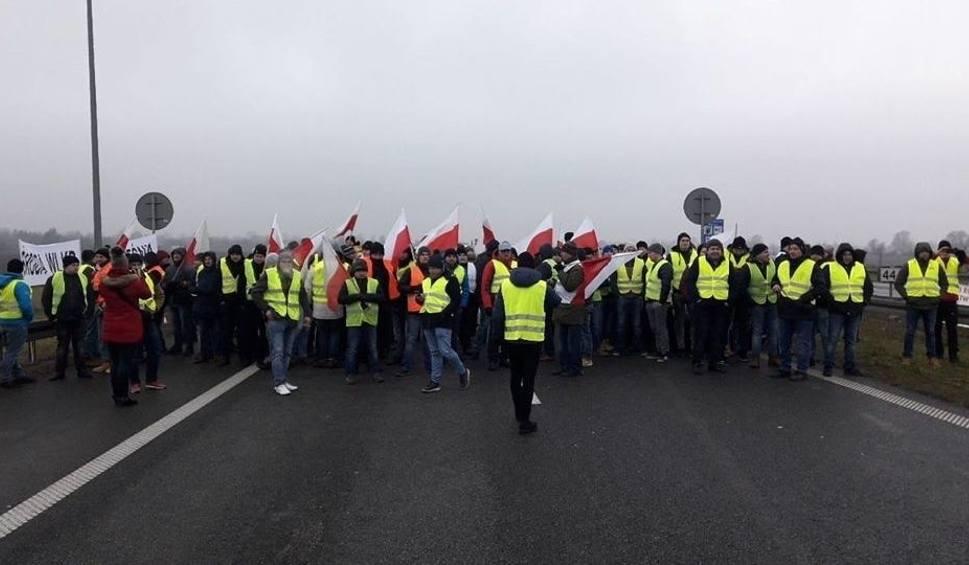 Film do artykułu: Rolnik spod Sandomierza po proteście na autostradzie: - My tak zostaliśmy zablokowani na naszym rynku. Będą kolejne akcje