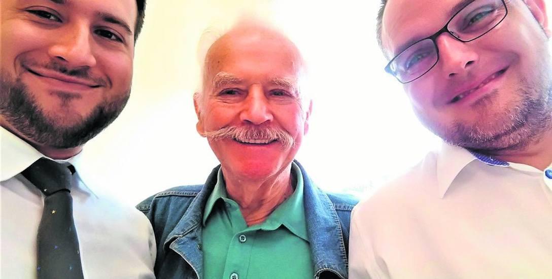 Patrycjusz Maziarski z biura miejskiego rzecznika konsumentów w Opolu, poszkodowany pan Józef, któremu rzecznik pomógł rozwiązać problem z ubezpieczeniem,