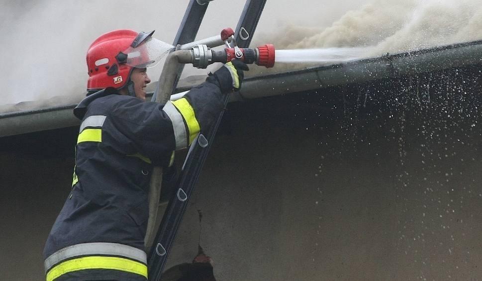 Film do artykułu: Tragedia w Daleszewie. Jedna osoba zginęła w pożarze domu