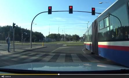Kamera złapała kierowcę bydgoskiego autobusu firmy Irex-Trans podczas jazdy na czerwonym świetle
