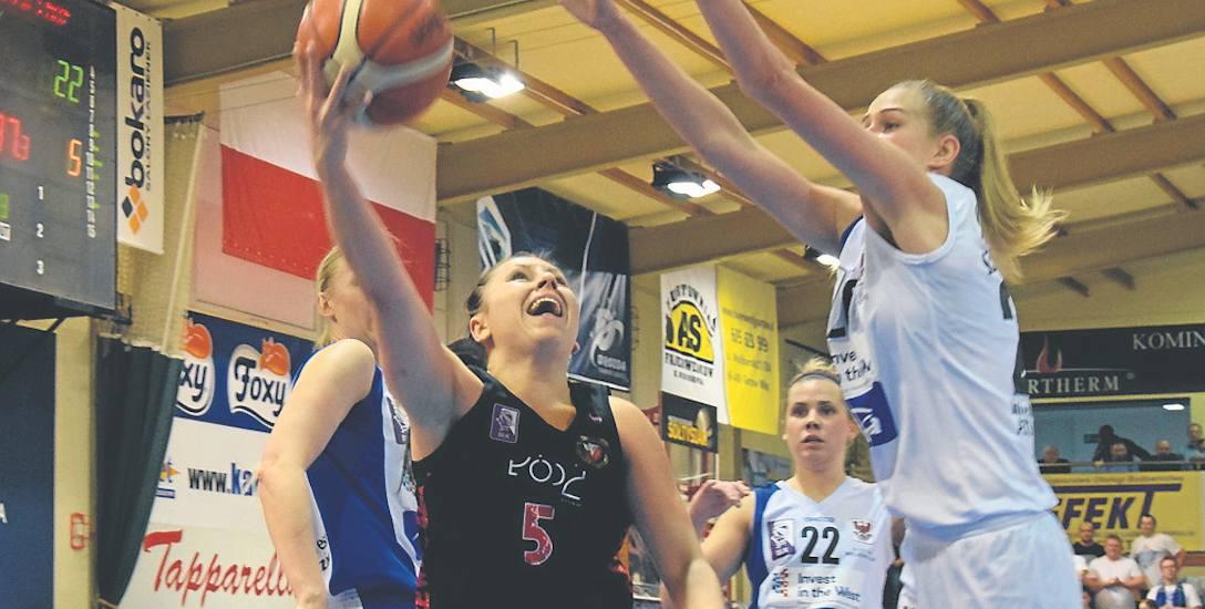 Adriana Kopciuch (nr 5) atakuje AZS.