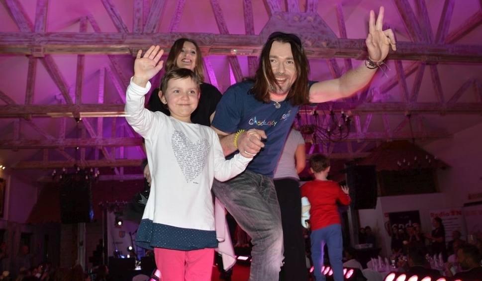 Film do artykułu: Pokaz mody i licytacje z gwiazdami dla dzieci w Bałtowskim Zapiecku