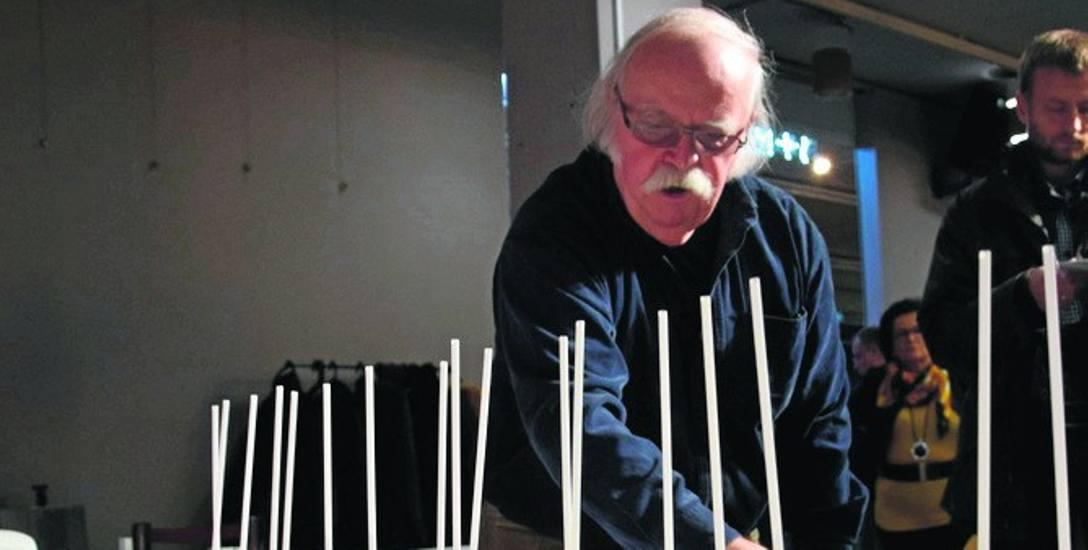 Jacek Budyn przy makiecie zwycięskiej koncepcji Pomnika Ofiar Deportacji Mieszkańców Górnego Śląska do Związku Sowieckiego