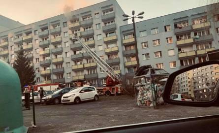 Zapaliło się mieszkanie na szóstym piętrze bloku przy ulicy Ludowej 23