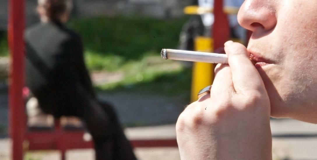 Za palenie na przystanku można dostać nawet 500 złotych mandatu. Najczęściej kończy się jednak na karze w wysokości 20 zł.