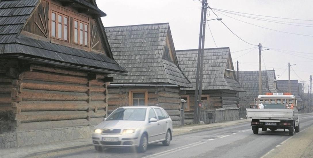 Ponad 100-letnie drewniane chałupy w Chochołowie stoją przy ruchliwej szosie. Obwodnica od odciążyć centrum wioski z ruchu samochodowego