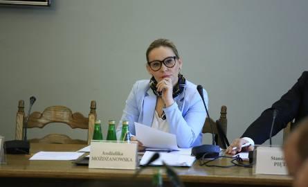 Andżelika Możdżanowska urodziła się Kępnie. Ukończyła m.in. zarządzanie na Akademii Ekonomicznej w Poznaniu. 8 lutego 2018 roku została sekretarzem stanu