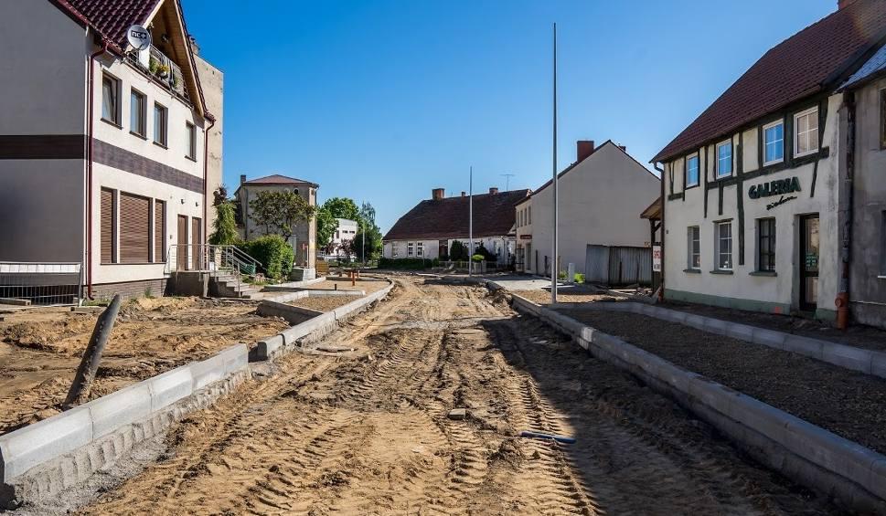 Film do artykułu: Przebudowa ulic w mieście i prace nad jeziorami, odkrycie studni i… schowanie kapsuły czasu. Sprawdź, co słychać w Strzelcach i okolicy