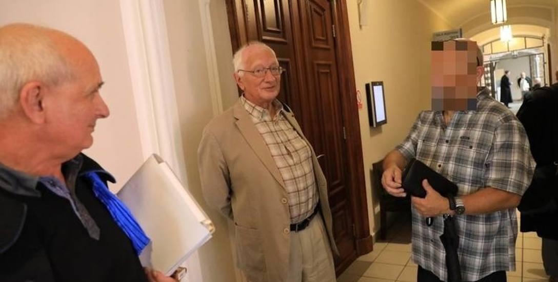 Prof. Andrzej Kowalczyk  (w środku) spotkał się wczoraj w sądzie z byłym esbekiem po blisko 30 latach.