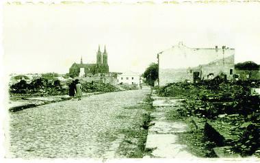 Powojenny Białystok. Ratusz był zburzony, kopuła synagogi pogięta. Kościoły i cerkiew ocalały