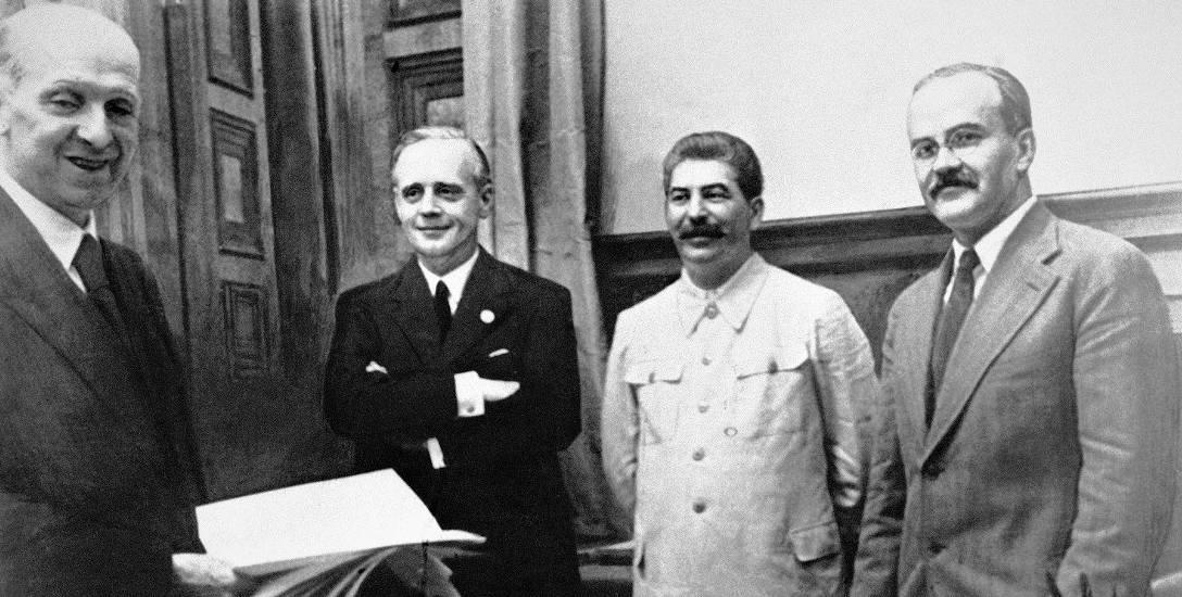23 sierpnia 1939 roku w Moskwie. Od lewej stoją: szef działu prawnego niemieckiego MSZ Friedrich Gauss, niemiecki minister spraw zagranicznych Joachim