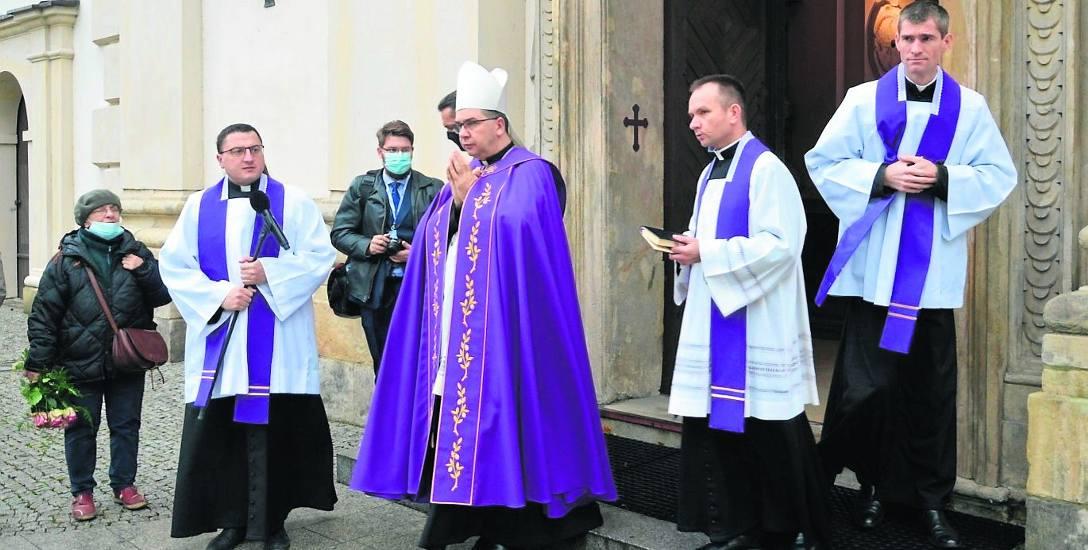 Decyzje o łączeniu parafii podyktowane mają być między innymi zmniejszaniem się liczby powołań do stanu kapłańskiego