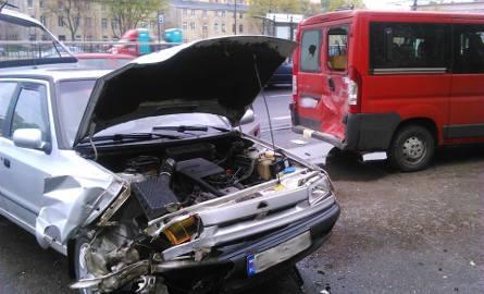 Wypadek na Piłsudskiego. Zderzenie skody z busem [ZDJĘCIA]
