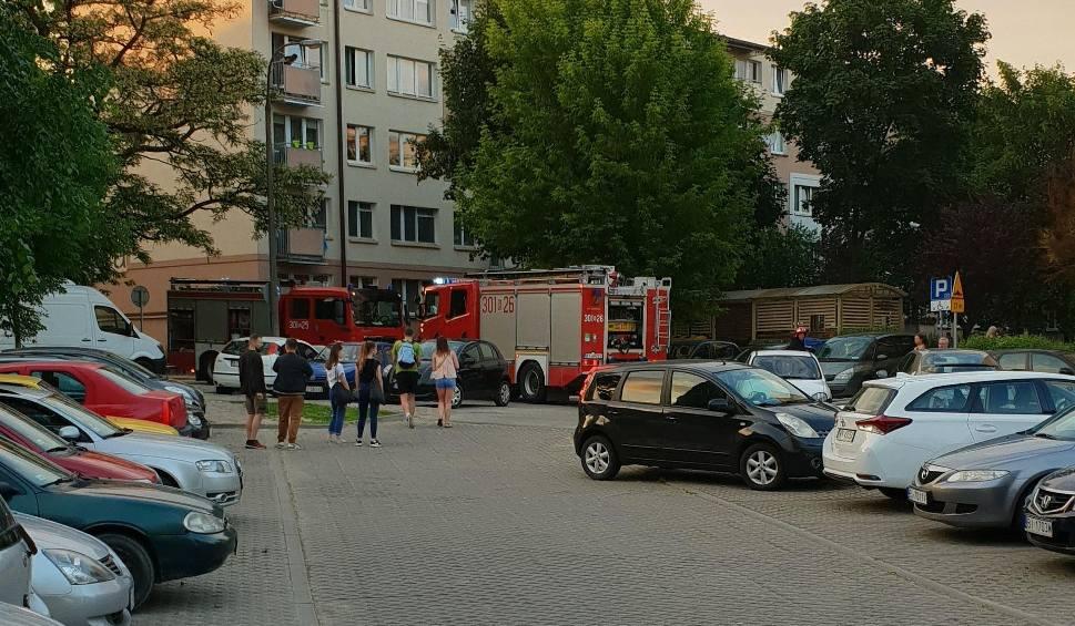 Film do artykułu: Pożar w bloku przy Piastowskiej w Białymstoku. Mężczyzna został poparzony. Internauta nagrał zdarzenie (wideo)