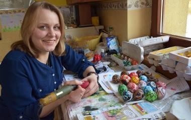 Monika Wąsacz ze Zdyni robi z wydmuszek prawdziwe cacuszka. Z pomocą niewielkiego urządzenia robi małe dzieła sztuki