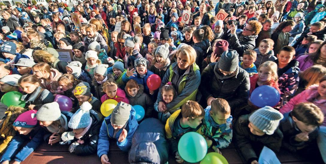 Przed koszalińskim ratuszem mundurowi rozmawiali z dziećmi i młodzieżą o profilaktyce, przekonywali do życia bez uzależnień