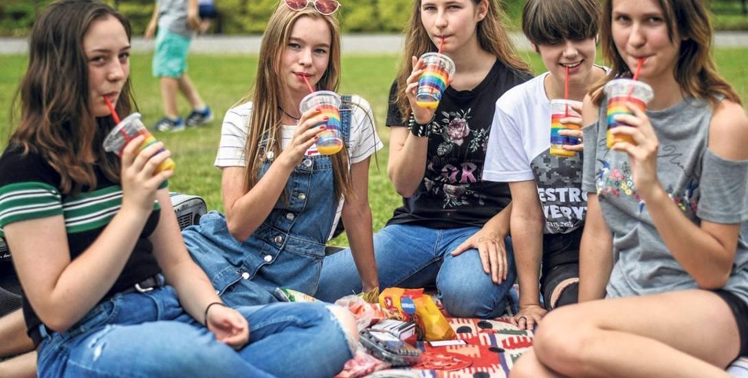 Piknik na Wyspie Młyńskiej - super sprawa. Na zdjęciu Maria, Julia, Agata, Kaja i Zuzanna