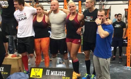 Polska drużyna Reebok Hestrez Team z Sylwią Reichel (trzecia od prawej) na drugim stopniu podium zawodów we Wrocławiu.