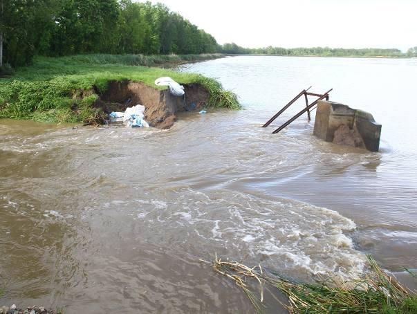 W Izbiskach w pow. mieleckim doszło do przerwania grobli na stawie. Woda zalewa domy. Ewakuowano mieszkańców [ZDJĘCIA]