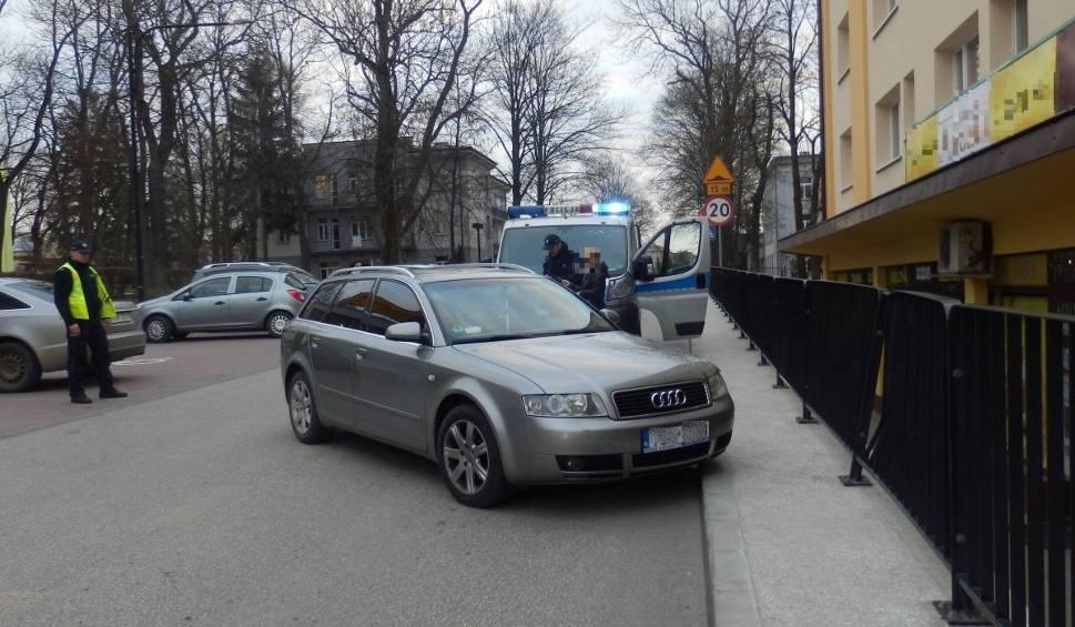 Film do artykułu: Kolizja w Busku. Pijany wjechał w barierkę. Świadek zabrał kluczyki i wezwał policję